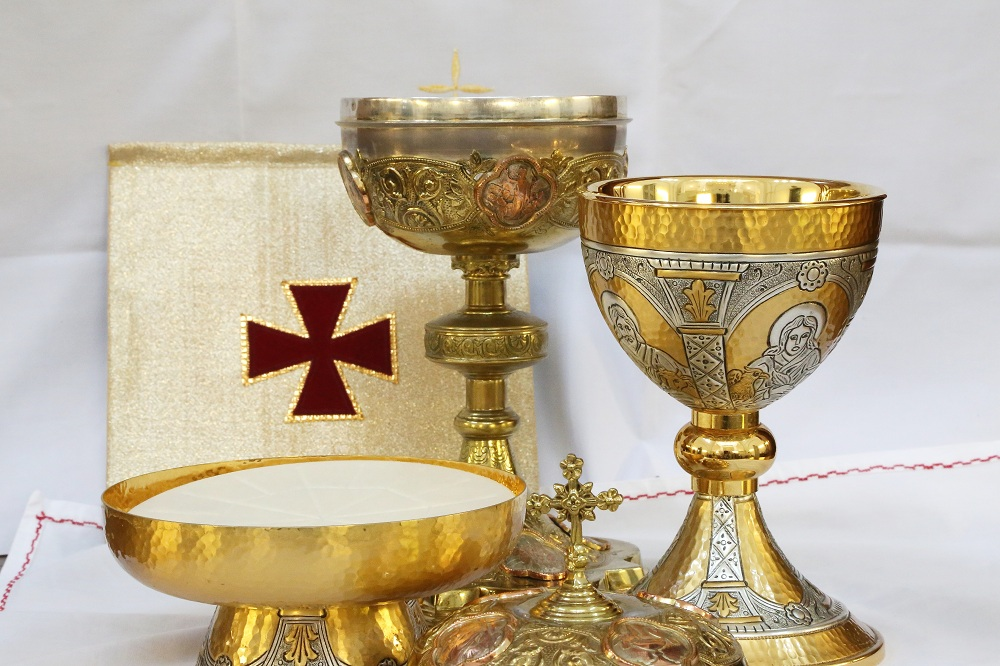 Metal or olive wood? Check out Holyart chalices, pyxes and patens.